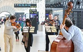 Zagrebački solisti iznenadili putnike koncertom u putničkom terminalu Zračne luke Franjo Tuđman